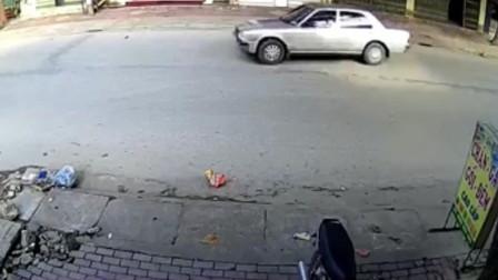 街头监控实拍,轿车转弯撞飞骑车人。