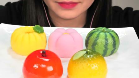 小姐姐吃漂亮的和果子,百闻不如一见太美了,网友:做工别具匠心