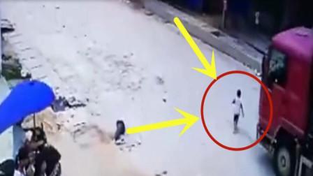 小男孩独自横穿马路回家,不幸遇上货车司机,画面不忍直视