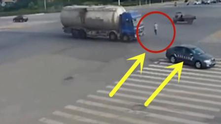 轿车司机遇上三轮车司机,几秒后现场的画面让人无言以对