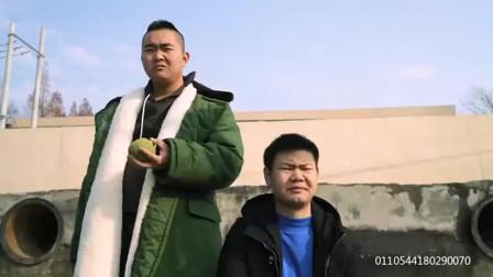 三江锅爆笑生活:憨头和二货钓鱼,一言不合就砸渔具,太逗了!
