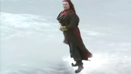 装X一把手拜月教主炫酷登场,脚踩海浪一路飞奔就差上天了!