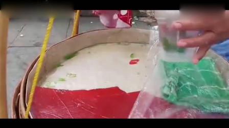 印尼独特的街头美食,用木棍切出来的,像果冻一样的美味小吃