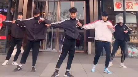 小哥哥们在商场跳舞,C位是会杂技吧,真的太厉害了