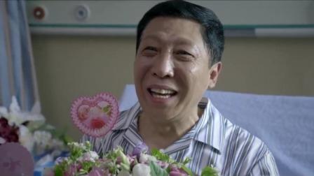 学生集体去医院看老师,昔日严师却感动的热泪盈眶,太不容易了!