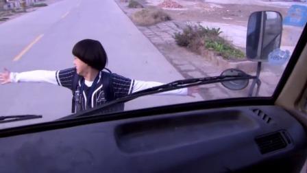 太危险了!俩兄妹没钱买票被赶下车,为了回家哥哥冲到车子面前!