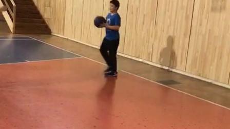这个孩子第二次打篮球,进步很大,以后定兴篮球的希望,为这个孩子点赞,他才十岁