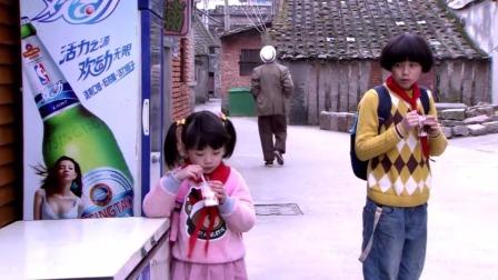 妹妹吃冰淇淋庆祝考完试,哥哥害怕的看她,妹妹:我不会告诉妈妈