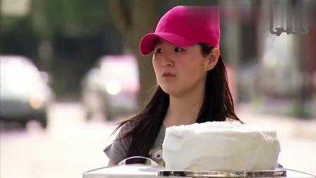 国外恶搞:买蛋糕的夫妻玩心大发,互相往脸上糊奶油!