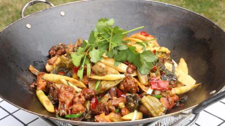 厨师长教你做正宗的干锅酸菜鸡,做法简单,酸香爽滑,我先收藏了