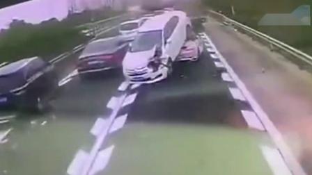 保时捷女司机 高速路上被骑身...