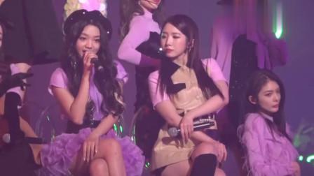 追星两不误!孟美岐粉丝在火箭少女演唱会台下看蔡徐坤直播