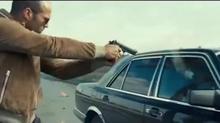 目标坐在防弹车里, 杰森斯坦森用炸弹炸开车门击毙对方, 飙车大战不容错过