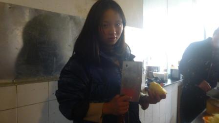大厨新招了个女徒弟,看她切土豆丝的架势适合做厨师吗