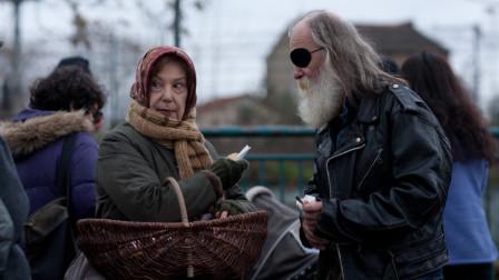 老太太为赚钱选择了贩毒,却意外发现商机,在短短数日内暴富