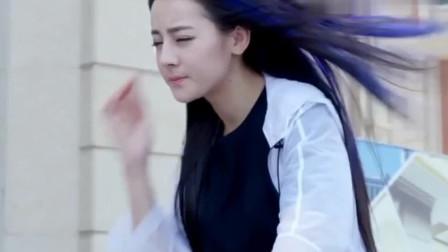 美女骑车带风,路人女孩的裙子都被吹起了,这画面太美了。