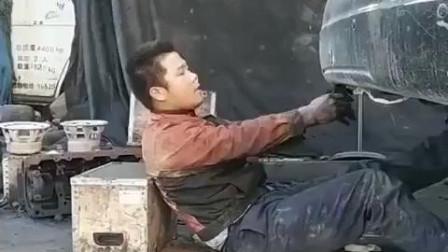 修车匠太不容易,一轰油门直接成了黑人只能看到牙齿了