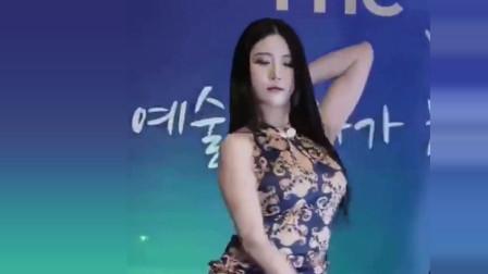 美女在民间:韩国小姐姐穿着古典旗袍跳舞,太