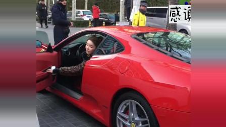 偶遇一辆法拉利,还是女司机开的,你觉得车好看还是人好看?