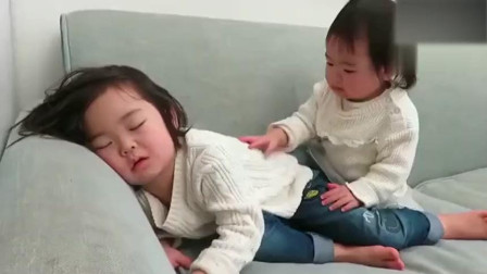 12个月小妹妹吵姐姐睡觉,下一秒妹妹的举动超有爱