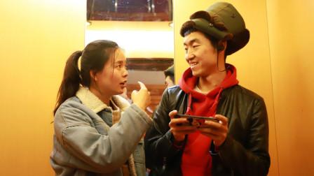 小伙开语音玩游戏,美女还以为在跟她说话,整个过程真有趣