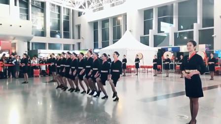空姐的踢腿舞,围观的人真不少,这是天使还是天鹅呢?