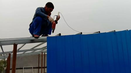 现在农村都流行这样做屋顶防水,简单实用又不贵,你见过吗?