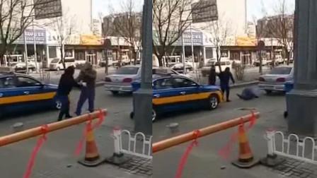 醉汉坐出租车不付钱 当街遭女司机一顿胖揍