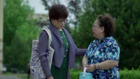 俩老太太互诉衷肠,说媳妇不让看孩子,竟哭的这么可怜!
