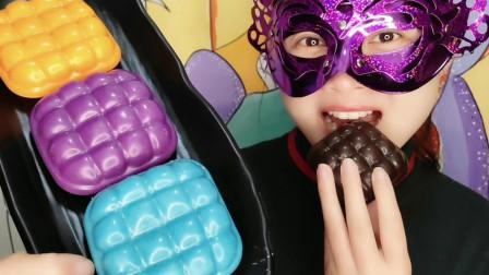 """妹子试吃""""格子枕头蛋糕巧克力"""",创意造型香甜美味,吃得好满足"""