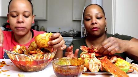 两个大姐吃帝王蟹,一人一大盘,看馋我了