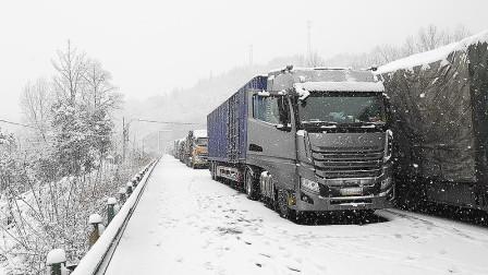 歇人不歇车、吃住全在车上,这就是快递卡车司机的高压运输生活
