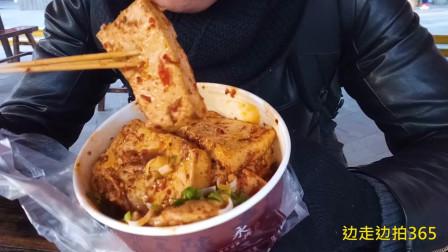 西安民俗美食街的榆林铁板豆腐,12元一份小伙大口大口吃的真过瘾