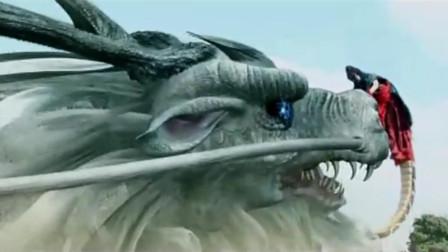 蛇妖大战龙太子,结果蛇妖被打下悬崖