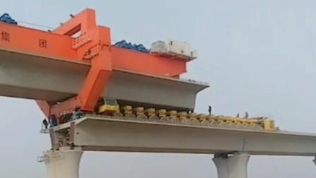 架桥机和运输车配合安装桥梁板900吨高铁桥梁板,强大的工程机械基建狂魔