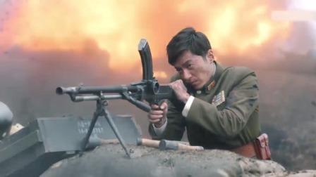 鬼子大部队拥上阵地,战士人手一把机枪,2个人在阵地上坚守