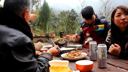 农村小哥家里来客人,蒜蓉多宝鱼干锅排骨加啤酒,大口猛吃10在过瘾