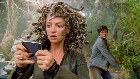 美杜莎捡到一部手机正在研究,却被小伙从后面偷袭,一剑砍了她!
