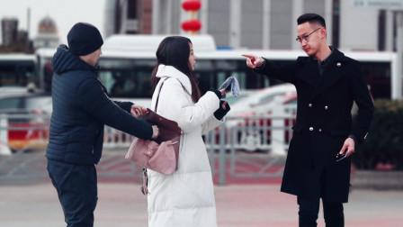 亲眼目睹女孩钱包被偷,有路人直言:我帮不了你!