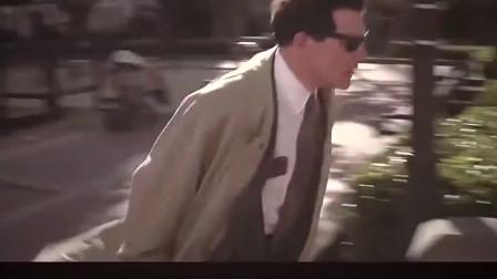 这隐形人被追击 于是直接把衣服脱掉隐形逃脱。