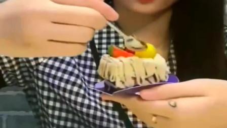 美女吃水果蛋糕,很可爱很精致,漂亮好吃甜甜的,美味的!