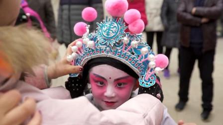 """西安流传千年民间绝技,孩童画脸谱穿戏服""""悬浮""""空中,引上万人围观"""