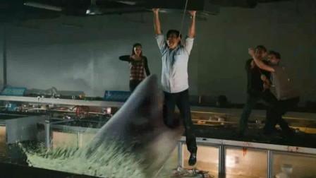 几分钟看完灾难惊悚片《大海啸之鲨口逃生》,大白鲨入侵超市,吃瓜群众伤惨重