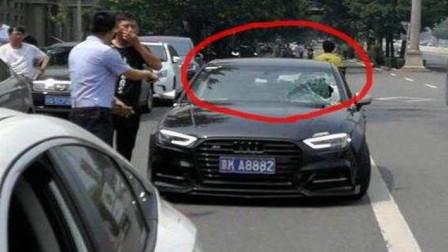 """最""""嚣张""""外国人,三人打劫不成一拳砸碎车玻璃,监控记录全过程"""