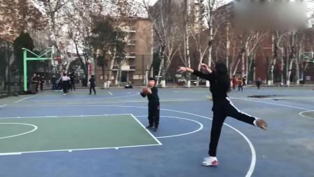 学了3年的芭蕾,没想到打篮球还能派上用场,一投一个准,旁边的弟弟都看呆了!