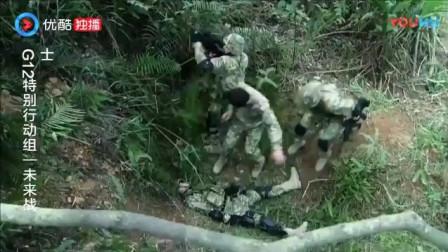《特别行动组》小伙被绑在椅子上,竟能绕过机关枪扫射,躲开脚边的手榴弹