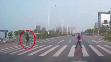 女子小跑过斑马线被撞 腾空旋转720度