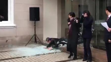 """D1资讯 第一季 挂牌仪式突现""""不速之客"""" 男子撞碎玻璃登场"""