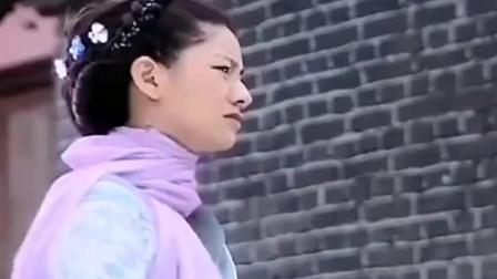 鬼妻想要回家被门神挡在门外可是发现一位和自己长相一样的姑娘