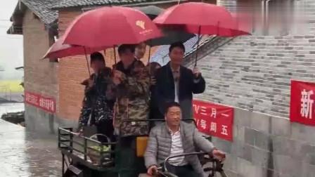 贾乃亮杨超越王源金瀚坐拖拉机出场,粉丝围着不让走